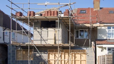 Echafaudage autour d'une maison à deux niveaux