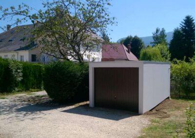 Garage simple installé sur un terrain verdoyant
