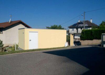 Garage simple en béton armé, coloris jaune, porte piétonne blanche