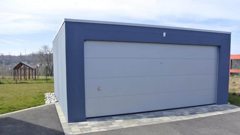 Garage double avec grande porte sectionnelle