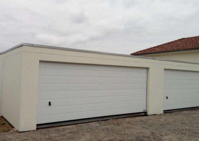 Deux garagess accolés communicant, avec une grande porte chacun