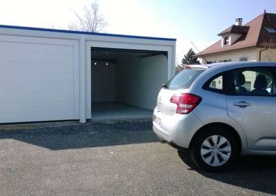 Voiture devant un garage double à deux portes