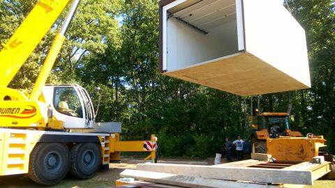 Garage préfabriqué béton monobloc levé par une grue