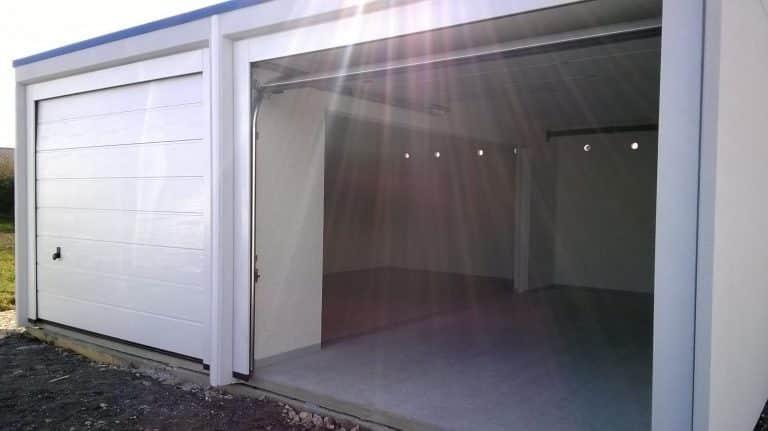 Garage modulaire béton double avec deux portes sectionnelles blanches