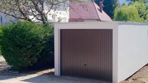 Garage préfabriqué béton crépis blanc, porte basculante marron à nervures verticales