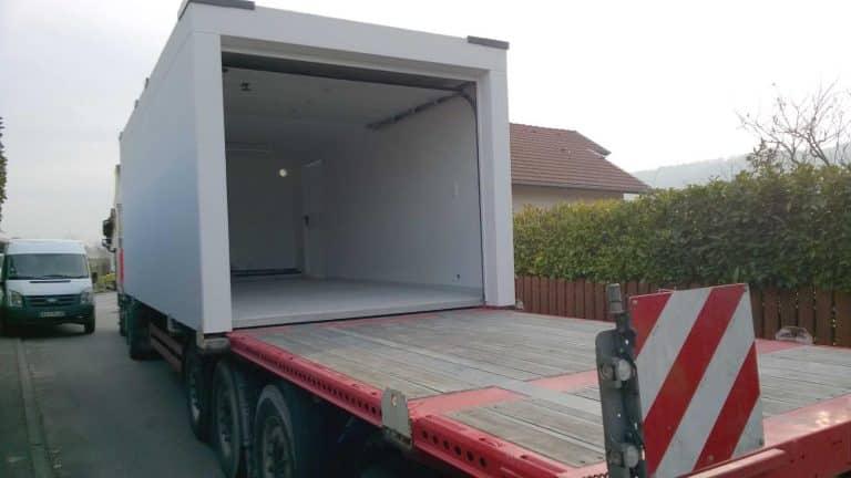 Garage préfabriqué béton crépis blanc, sur un camion