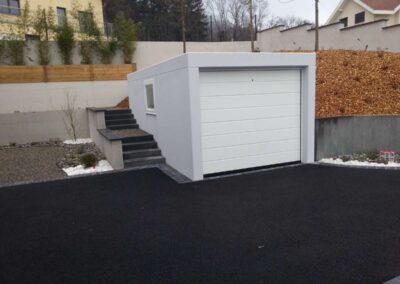 Garage semi-enterré avec fenêtre et escalier latéral extérieur
