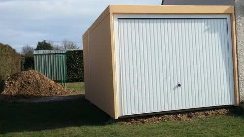 Garage simple porte blanche basculante