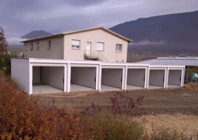 Six garages collectifs avec porte ouverte