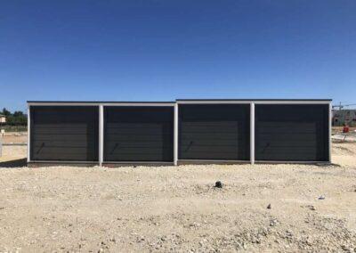 Quatres garages simples avec prote marron, de face, posés en redan