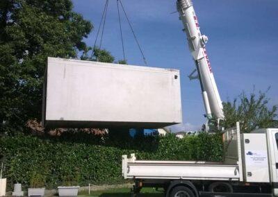 Une grue PPM soulève un garage en béton à quatre mètres du sol