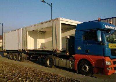 Semi remorque convoyant deux modules communicant d'environ 20 mètres carrés