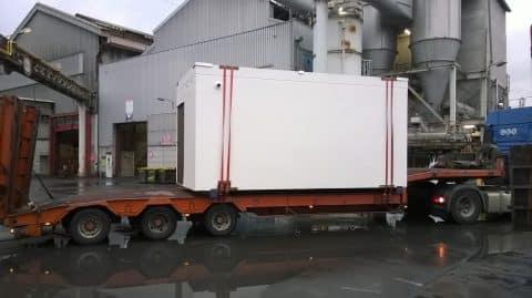 Semi-remorque transportant un abri shelter béton préfabriqué
