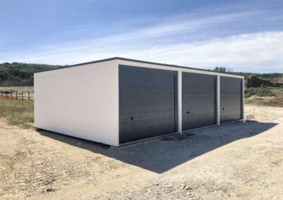 Trois garages en batterie avec porte grise