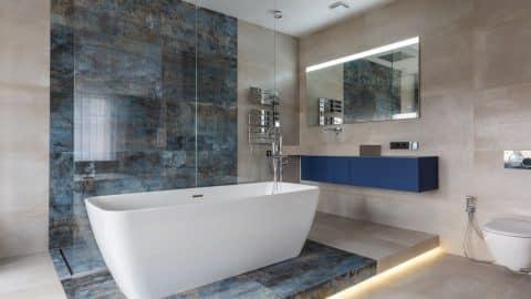 Baignoire blanche au centre d'une salle de bain moderne