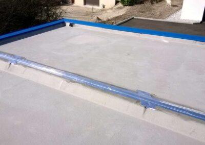 Depuis la toiture terrasse, détail du raccordement d'étanchéité entre les deux blocs